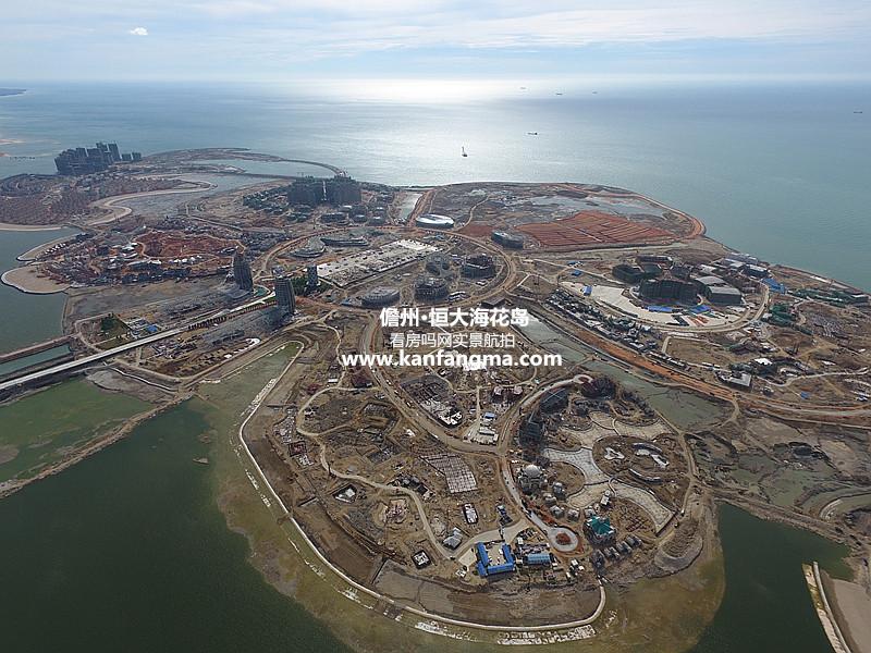 恒大海花岛实景航拍 海花岛是恒大总投资1600亿的旅游综合体。最大的问题在于海南却在国家严控填海指标的情况下,为地产项目开了绿灯。根据记者调查,儋州市海花岛填海总面积783公顷,市政府及海洋部门化整为零进行违规审批,填海项目拆分成36个面积小于27公顷的子项目瞒天过海,让不过关的项目得以推进,被禁止的项目可以审批。 这不是海花岛第一次触碰红线。2016年,儋州市海洋主管部门对海花岛涉嫌违法用海行为曾立案查处,罚款7344.
